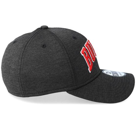 5cd6039c8bae Chicago Bulls Shadow Tech Wordmark 39Thirty A-Frame Black Red Flexfit - New  Era caps - Hatstore.no