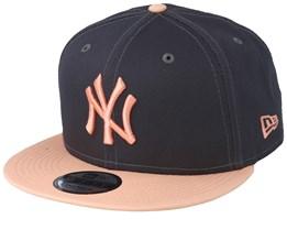 aa59ed6bbc0 New York Yankees Essential 9Fifty Dark Grey/Peach Snapback - New Era